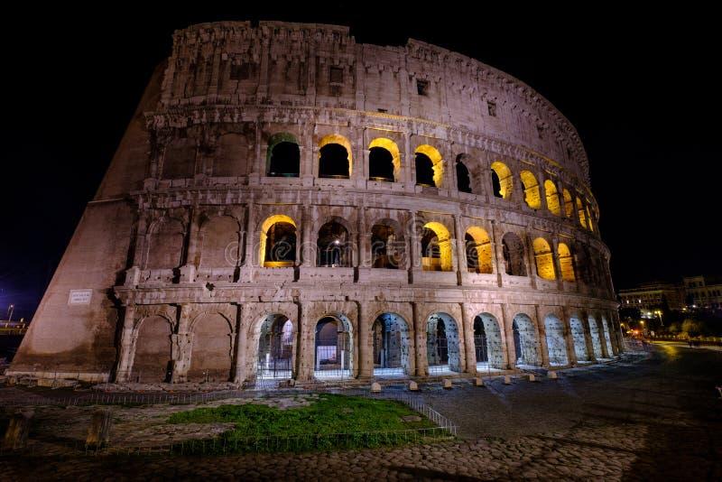 Belichtetes Colosseum in Rom nachts stockfotografie