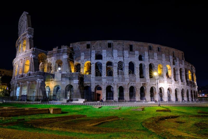 Belichtetes Colosseum in Rom nachts lizenzfreies stockfoto