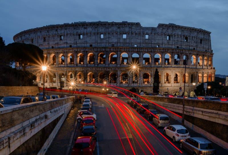 Belichtetes Colosseum in Rom nachts stockfotos