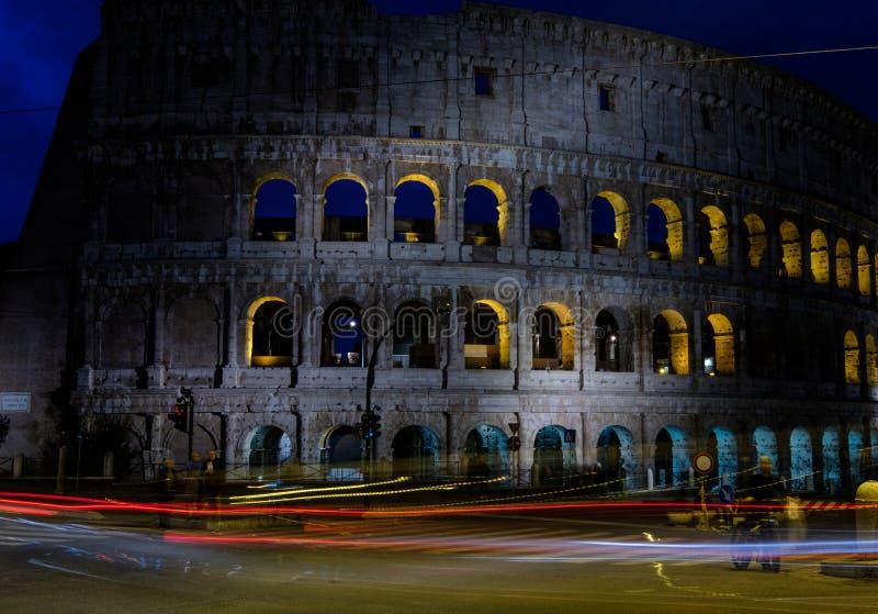 Belichtetes Colosseum in Rom nachts lizenzfreie stockfotos