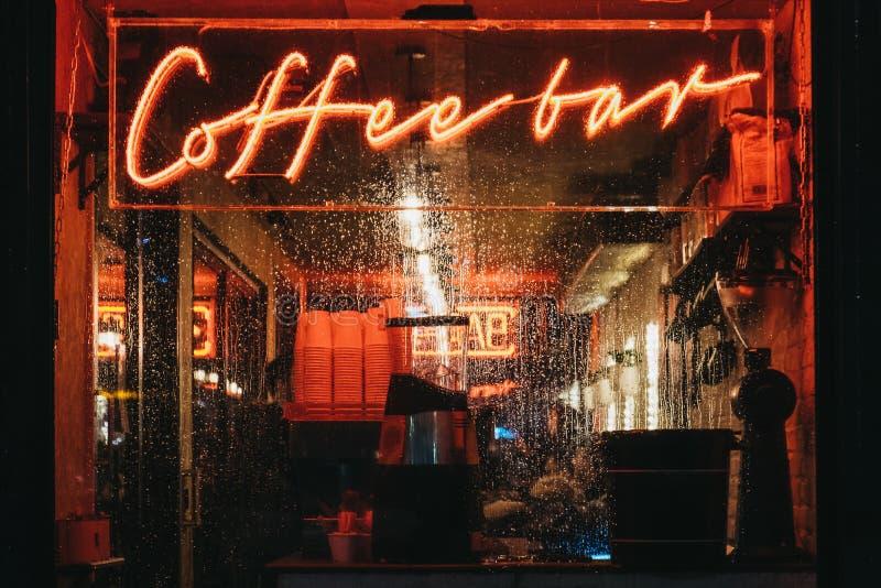 Belichtetes Fenster und Leuchtreklame auf einem Café in Canary Wharf, London, Großbritannien stockfotos