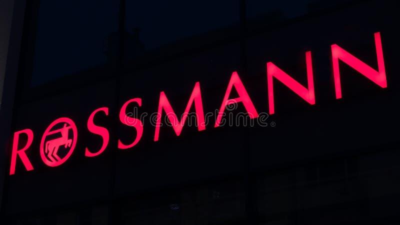 Belichtetes Firmenzeichen von ROSSMANN stockfoto