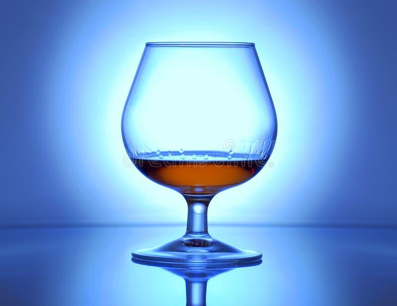 Belichtetes Glas mit Kognak lizenzfreie stockbilder