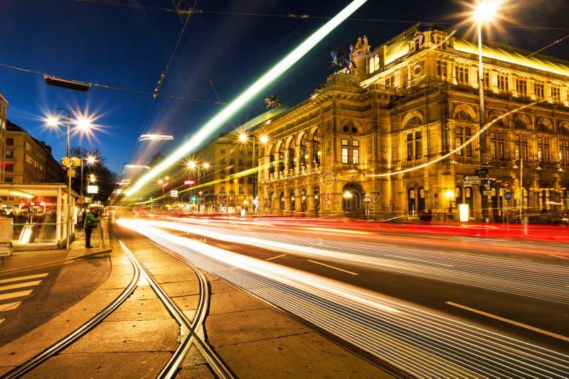 Belichtetes Opernhaus in Wien, Österreich lizenzfreie stockfotografie