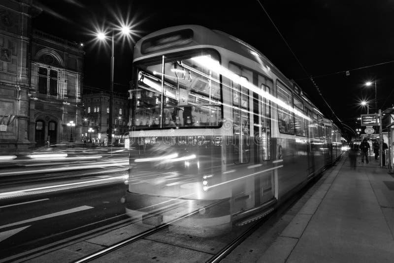 Belichtetes Opernhaus in Wien, in Österreich und in der Tram stockfoto