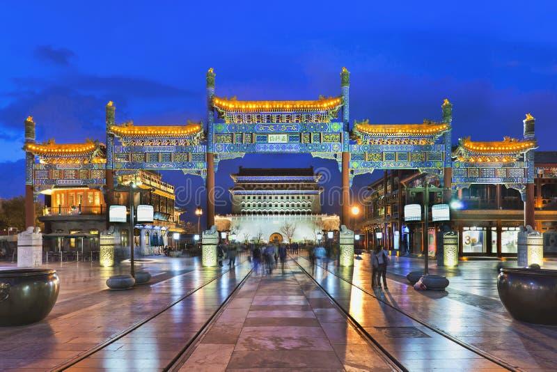 Belichtetes Tor an Qianmen-Straße, Peking, China stockbilder