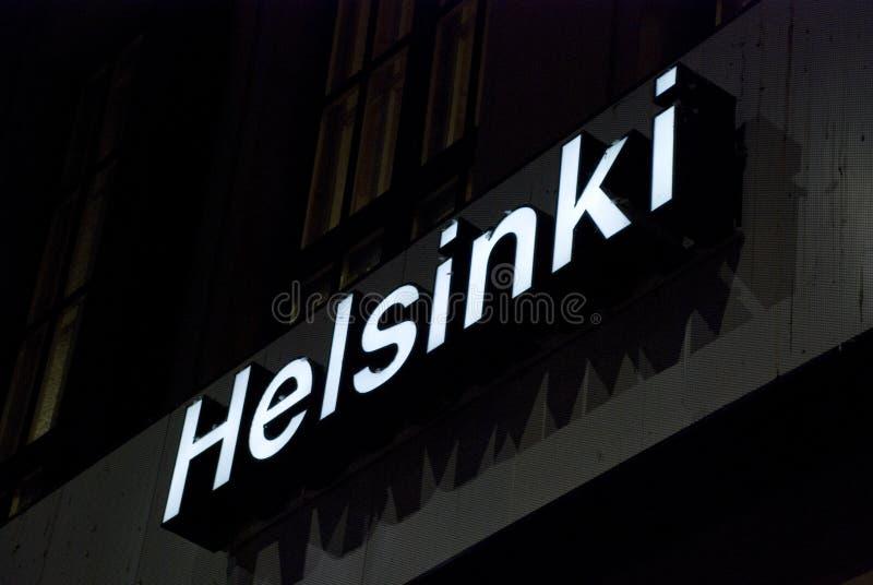 Belichtetes weißes Zeichen auf Dunkelheit mit den Buchstaben von Helsinki, Finnland stockbild