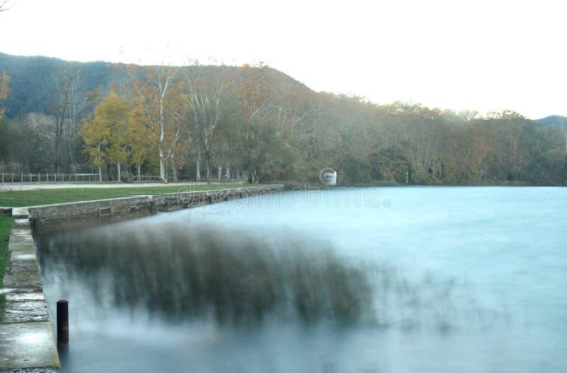 Belichtung eines tramuntana Winds im See von Banyoles lizenzfreies stockfoto