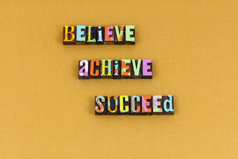 Believe réaliser pour réussir la typographie heureuse de chef photographie stock
