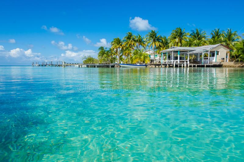 Belize Cayes zna? dla nurkowa?, snorkeling i relaksowa?, by? na wakacjach - Ma?a tropikalna wyspa przy bariery raf? z raj pla?? - obrazy stock