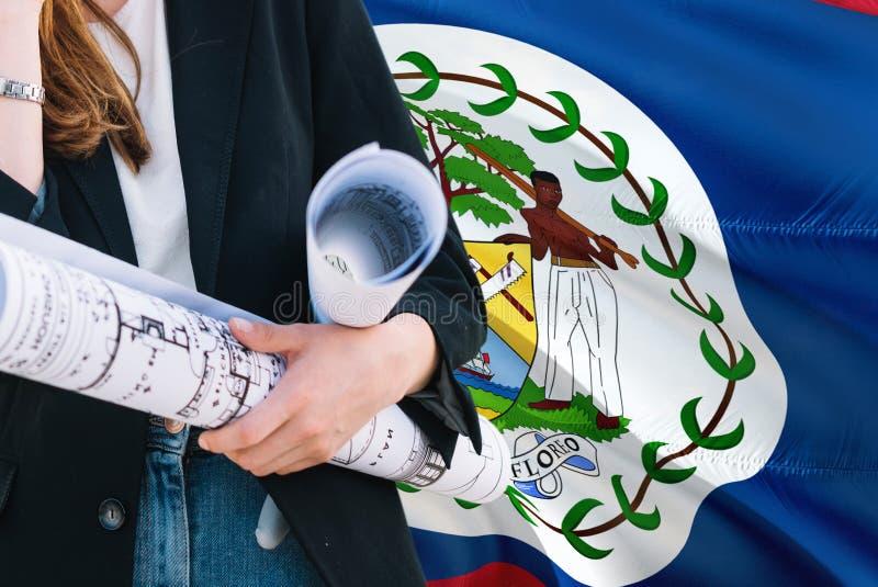 Belizean architekt kobiety mienia projekt przeciw Belize falowania flagi tłu Budowy i architektury poj?cie zdjęcie stock