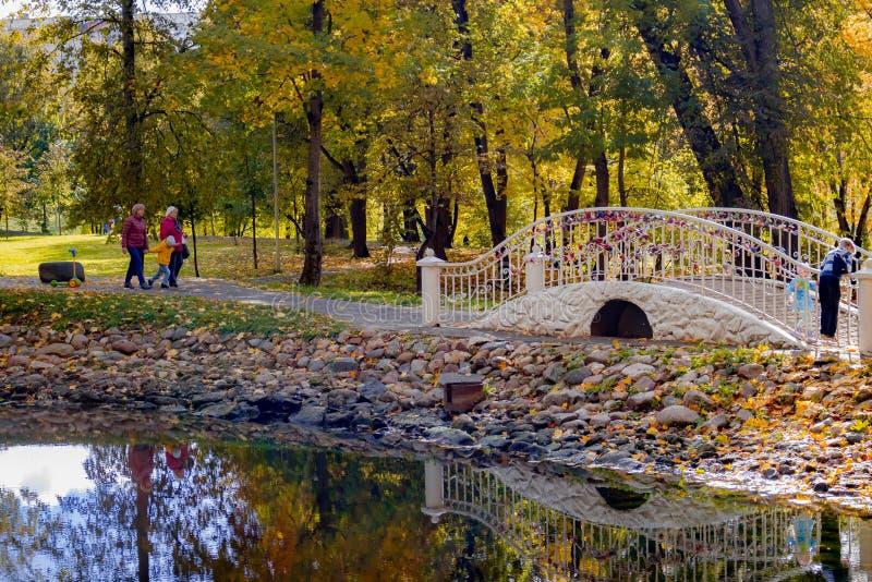 Belkino, Russia - 8 ottobre 2017: Vacanzieri nel parco accanto al ponte decorativo fotografia stock libera da diritti