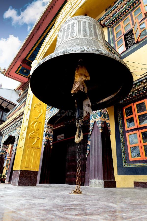 Bell énorme antique au temple de Boudhanath à Katmandou Népal photo libre de droits