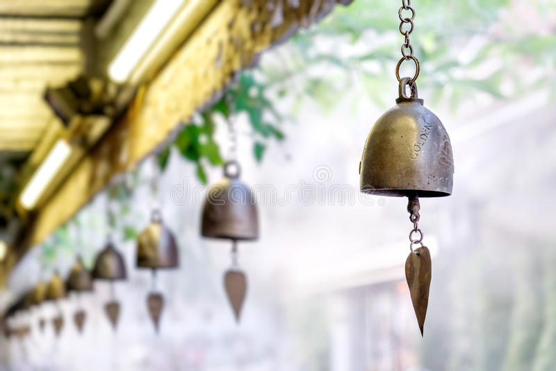 Bell antica nel supporto dorato, Bangkok, Tailandia immagine stock