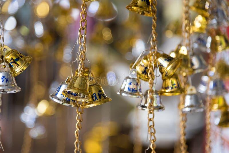 Bell d'or et en bronze est culture bouddhiste et prière pour de bon image libre de droits