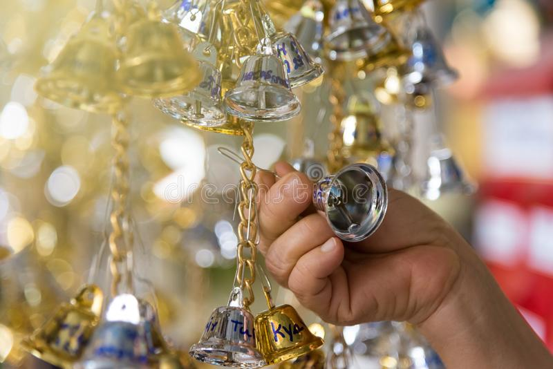 Bell d'or et en bronze est culture bouddhiste et prière pour de bon photographie stock