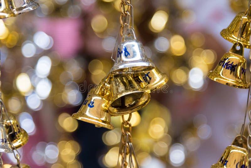 Bell d'or et en bronze est culture bouddhiste et prière pour de bon photographie stock libre de droits