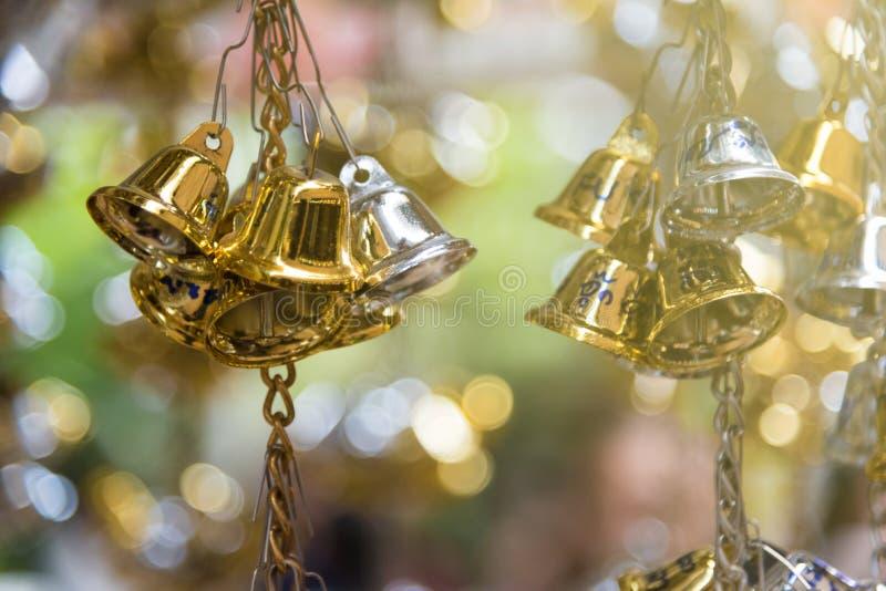 Bell d'or et en bronze est culture bouddhiste et prière pour de bon image stock