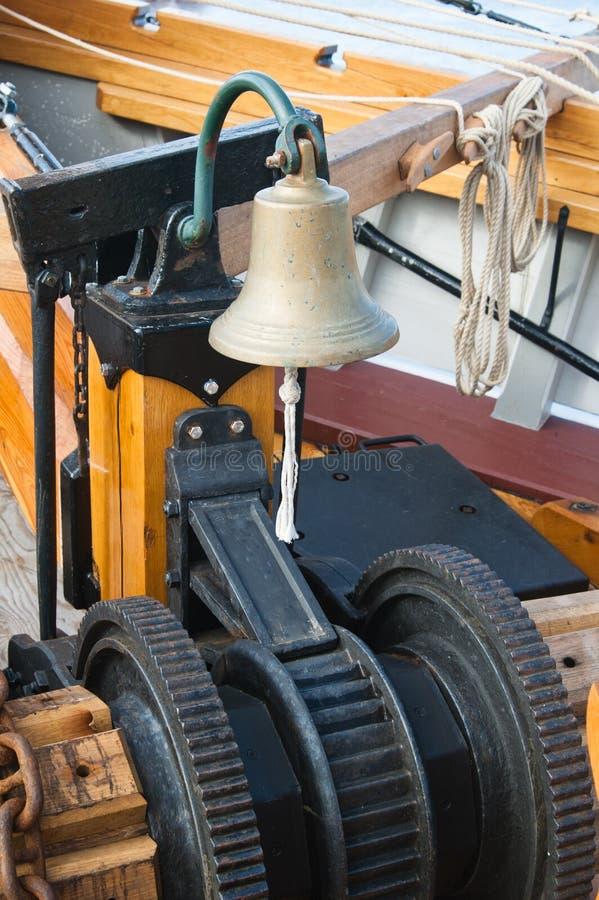 Bell du bateau et mécanisme de levage de point d'attache photographie stock