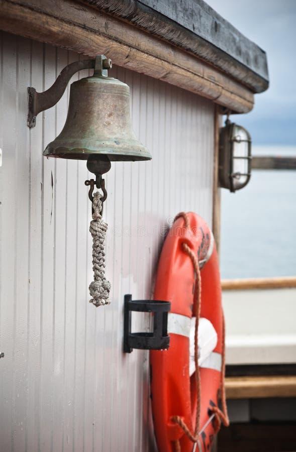 Bell du bateau sur le vieux voilier photos stock