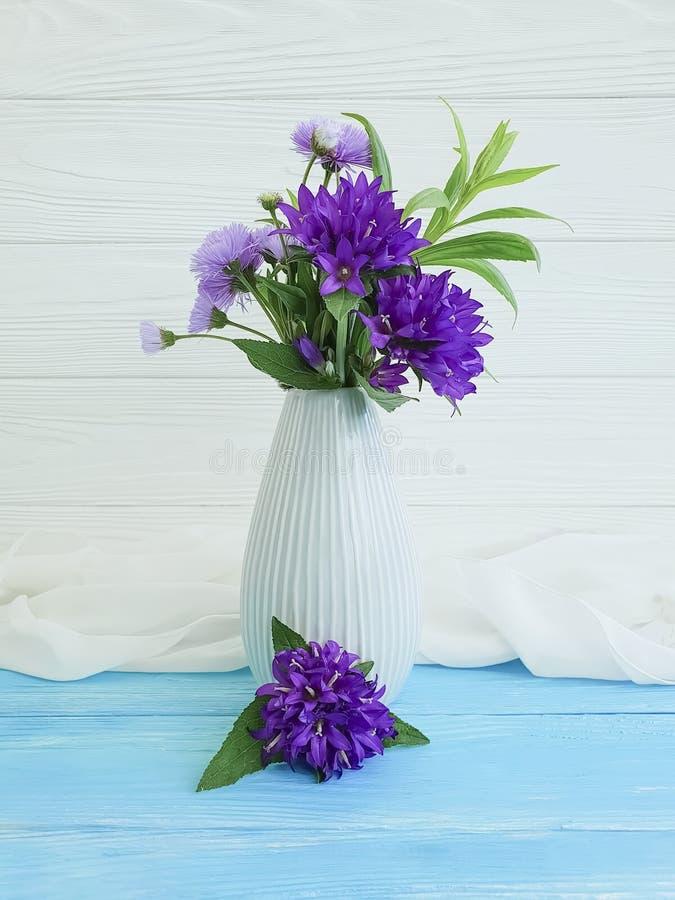 Bell, elegancia del florero del crisantemo en un fondo de madera imagen de archivo libre de regalías