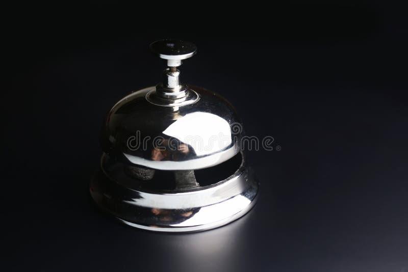 Bell et la clé à la réception dans l'hôtel photographie stock libre de droits