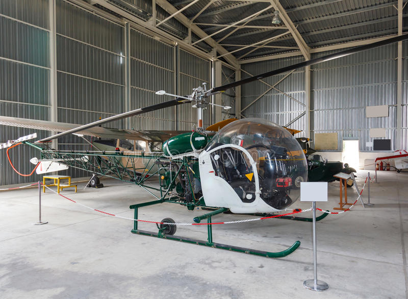 Bell 47 helikopter w hangarze fotografia royalty free