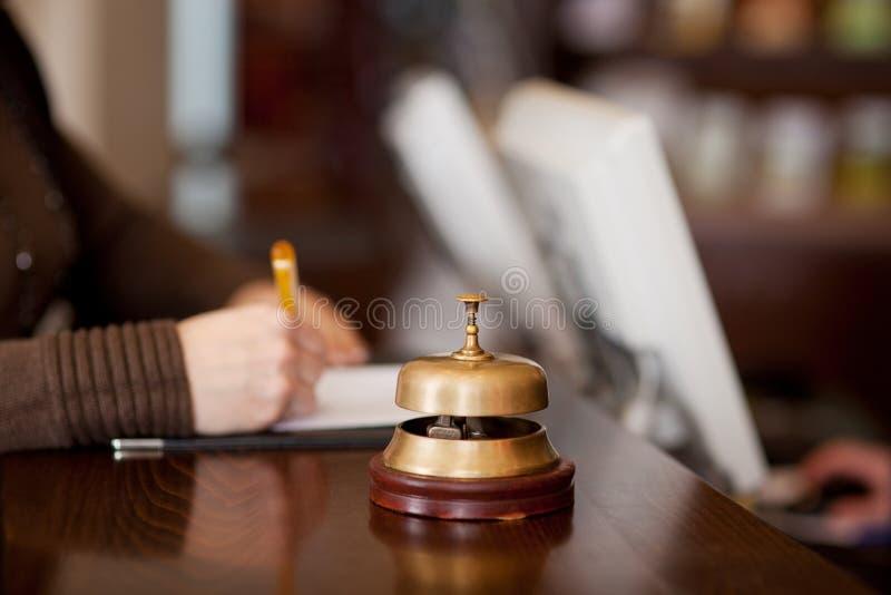 Bell am Hotelzähler stockfotos