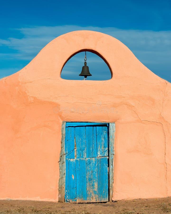Bell nad błękitnym drzwi obrazy royalty free