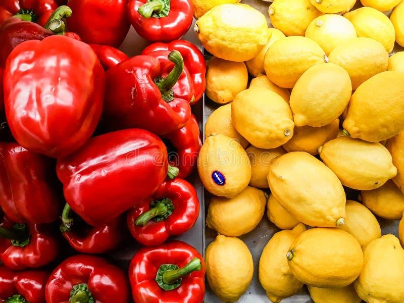 Bell rossa peperone e giallo limone sul pavimento di vendita fotografie stock