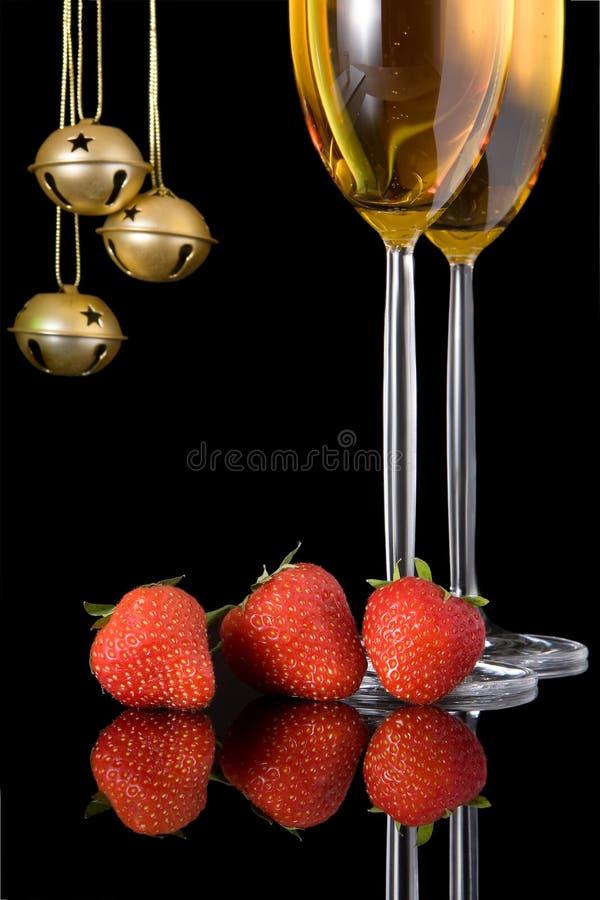 Bell und Erdbeeren lizenzfreie stockfotos