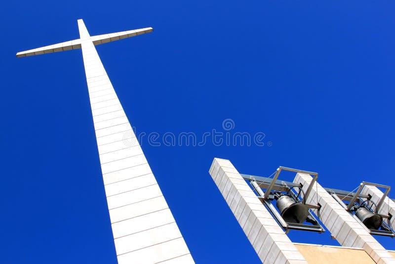 Bell und Kreuz nahe Feldgeistlichen Pio Church, Italien lizenzfreie stockfotos