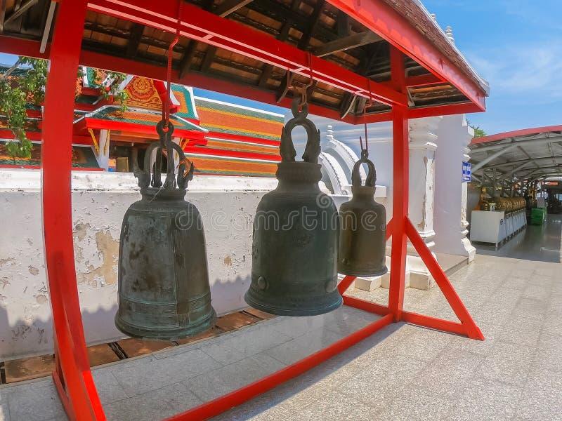 Bell vid Wat Amphawa, Singburi, Thailand Vackra med den historiska staden i budgettemplet royaltyfri bild