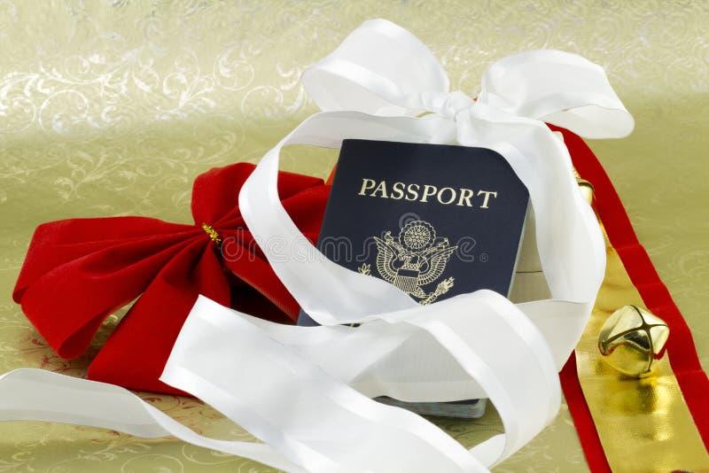 Bell y cintas con el pasaporte del viaje del día de fiesta foto de archivo libre de regalías