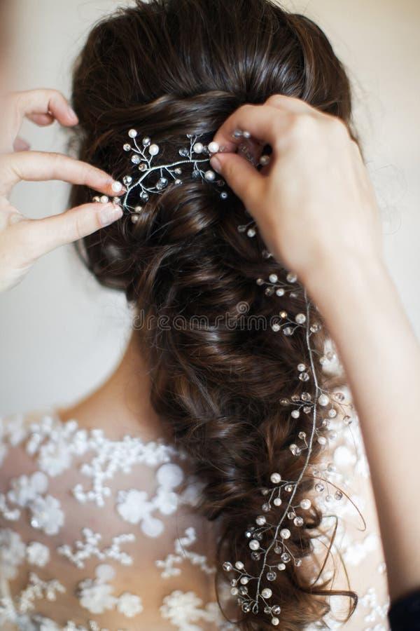 Bella acconciatura della sposa Preparazione di nozze nella stanza immagini stock libere da diritti