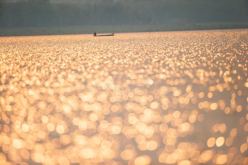 Bella acqua di luccichio sul lago Scintillare dorato sul lago nella stagione estiva Pescatori ed ambiti di provenienza del pesche fotografia stock libera da diritti