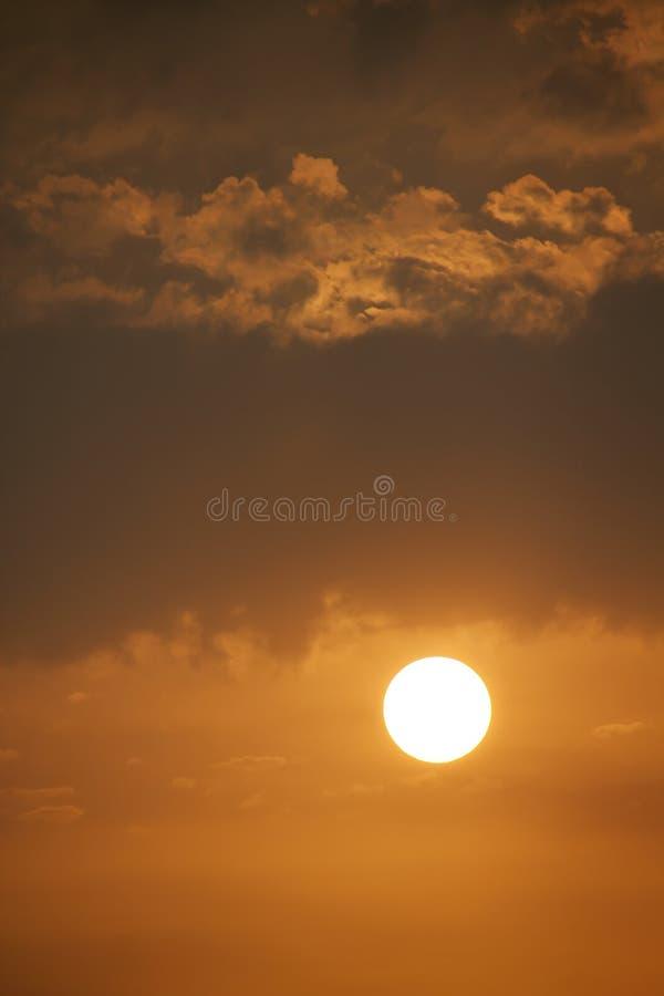 Bella alba con il grandi Sun e nuvole dorati immagini stock libere da diritti