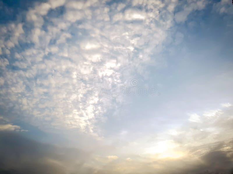 Bella alba con le nuvole bianche, sole che aumenta all'alba con luce dorata fotografie stock libere da diritti