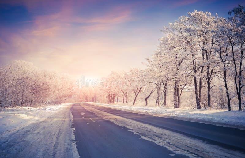 Bella alba di inverno sulla strada principale fotografie stock