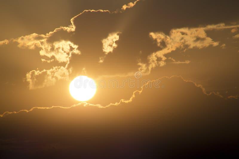 Bella alba dorata con il grandi Sun e nuvole gialli immagini stock