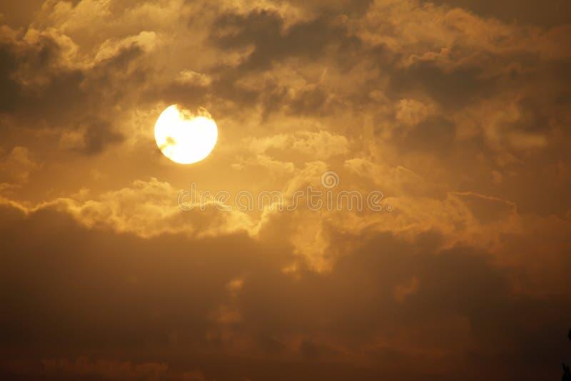 Bella alba dorata con il grandi Sun e nuvole gialli immagine stock libera da diritti