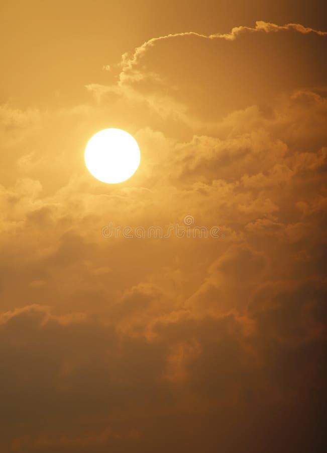 Bella alba dorata con il grandi Sun e nuvole gialli fotografia stock libera da diritti