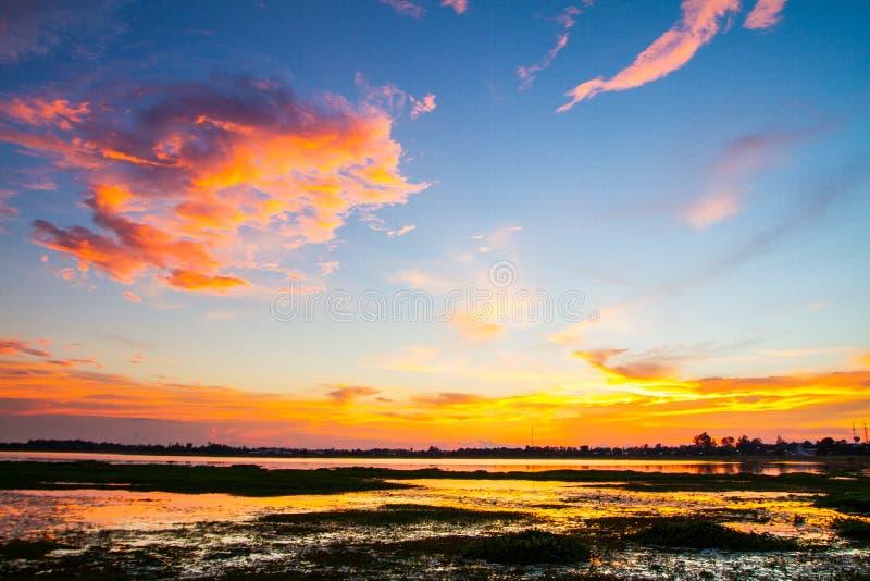 Bella alba e nubi drammatiche sul cielo fotografia stock