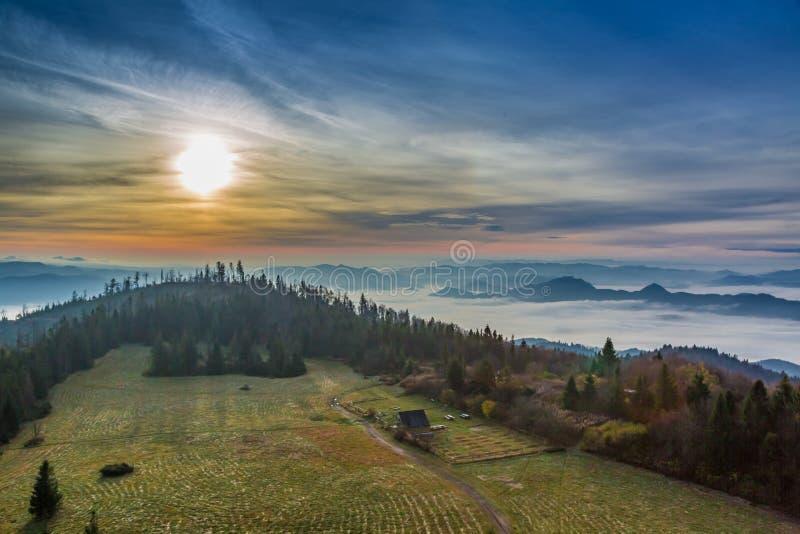 Bella alba nelle montagne in autunno, Polonia di Tatra immagine stock