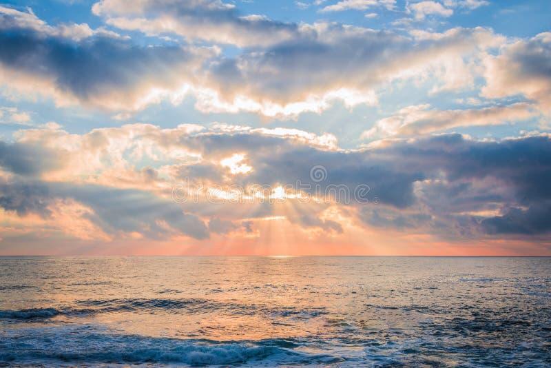Bella alba sopra il mare Rottura dei fasci di Sun attraverso le nuvole fotografia stock