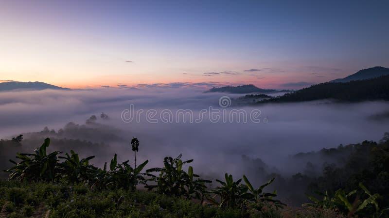 Bella alba sopra la foschia ad Yun Lai Viewpoint, Pai Thail fotografia stock libera da diritti