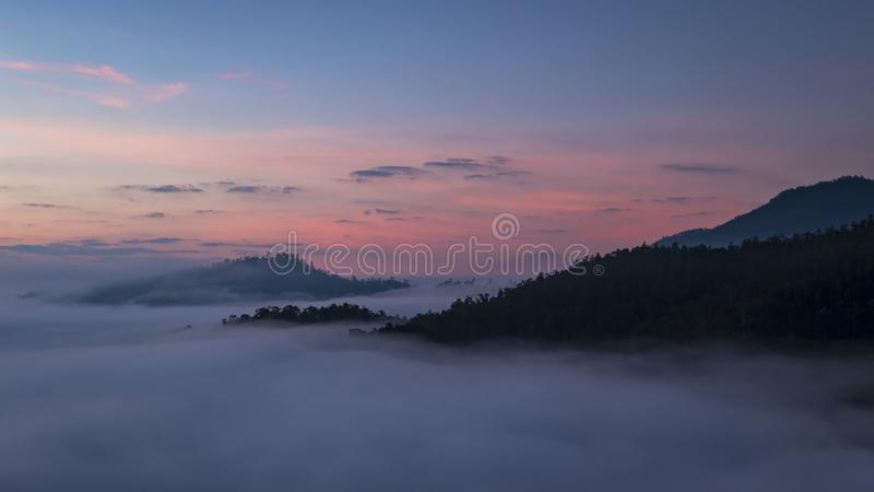 Bella alba sopra la foschia ad Yun Lai Viewpoint, Pai Thail fotografia stock