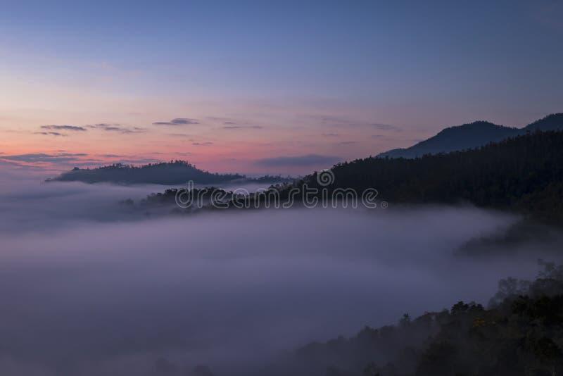 Bella alba sopra la foschia ad Yun Lai Viewpoint, Pai Thail immagine stock