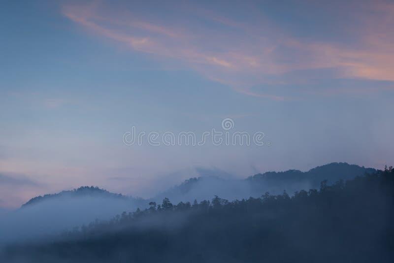 Bella alba sopra la foschia ad Yun Lai Viewpoint, Pai Thail immagini stock