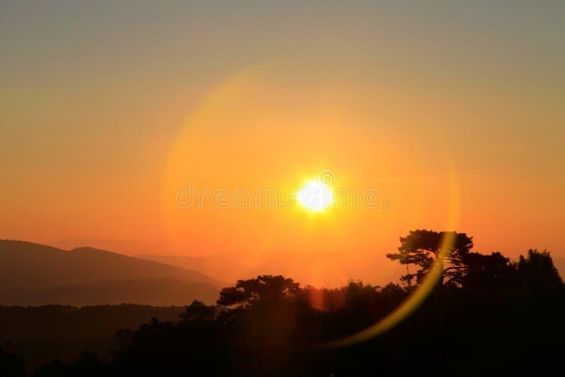 Bella alba stupefacente sopra la montagna con il chiarore della lente di alone fotografia stock libera da diritti